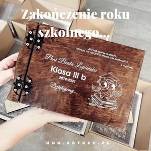 Witajcie kochani, my w pocie czoła zakończyliśmy ten tydzień z rękami pełnymi pracy, w tym tygodniu dominował temat zakończenia roku szkolnego... Jak wyszło oceńcie sami🙃😊😁🌷🌼🙂💐🌹🙃🌼🌷🌺😁🙃😊#zakonczenierokuszkolnego #zakonczenieroku #albumzgrawerem #drewnianyalbum #artkey #woodenpendrive #albumdrewniany #drewnianyalbum #albumzgrawerem