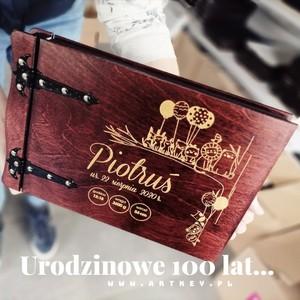 100 lat Piotrusiu, cudownych wspomnień z okazji nadchodzącego roczku... 🌷🌷🌷🌷🌷Nie nasz pomysłu na prezent dla Twojego chrześniaka,🙈🙉🙊 kochanego dzieciaczka,💟💗💕💞💓❣️❤️💞💗💟 zobacz naszą stronę www.artkey.pl Zapraszamy...  Fabryka wspomnień... 🏚️🏗️🏩💒🚂🎠#albumzgrawerem #drewnianyalbum #artkey #woodenpendrive #albumdrewniany #drewnianyalbum #WspomnieniaZostaną #walentynki #prezentdladziecka #prezentroczek