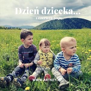 Kochani, kochani dzisiaj dzień dziecka...😁😁😁😁😁Wysłaliśmy dzisiaj paczuszki mamy nadzieję że wszystkie dojdą do Was na czas, a teraz pora świętować z naszymi małymi Artkey-owymi pomocnikami...🙃😊🙂😁🙃😊🙂😁 Wszystkim dużym i mniejszym dzieciaczkom spełnienia marzeń...💕💕💕💕💕💕 #artist #artkey #albumy #albumgrawerowany #dziendobry #dzienbabci #dziendziadka #albumzgrawerem #drewnianyalbum #artkey #woodenpendrive #woodenalbum #fotografia #instagram #ekipa #dziendziecka