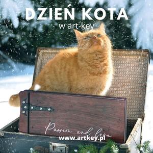 Dzisiaj mamy dzień KOTA 😁🐱🐱😁🐱🐱 😁dowiedziałam się odbierając swojego syna w szkole i dlatego taka piękne zdjęcie z kotkiem dla Was kochani oraz niezapominajce o nas...🐱 Zapraszamy na www.artkey.pl oraz prosimy o udostępnianie  postów, niewiele, a dla nas znaczy tak wiele... Dziękujemy 😘😘😘😘  #album #zima #dzienkota #albumgrawerowany #albumzgrawerem #albumnazdjecia #garawerowanie  #passion #wooden