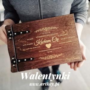 Przedstawiamy kolejny model albumu walentynkowego :) ❤ ❤ ❤  Nie zapomnijcie o swoich ukochanych osobach i podarujcie im wyjątkowy prezent w postaci albumu drewnianego. Zapraszamy na naszą stronę www.artkey.pl #album  #albumdrewniany #albumfoto #zdjeciaslubne #walentynki #albumzgrawerem #walentynki2020 #WspomnieniaZostaną #wzpomnienia #prezentdlaiej #kochamtocorobie #kochamcie❤