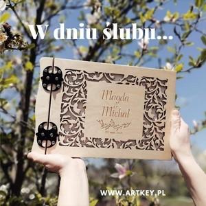Witajcie kochani, codziennie nowe realizację w naszej pracowni. A ta jak przypadła Wam do gustu? Komu się podoba prosimy o lajka😊🙃😊🙃😊🙃😊🙃 Z wiosenna energia zapraszamy do zakupów na www.artkey.pl #artist #artkey #drewnianyalbum #artkey #woodenpendrive #albumdrewniany #albumzgrawerem #WspomnieniaZostaną #album #drewnianyalbum #dzienmamy #dzienmamy2021